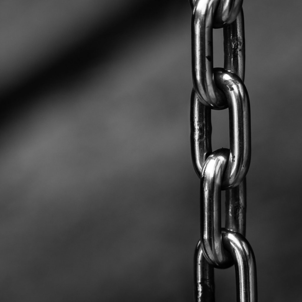 blur-chains-chrome-close-up-220237